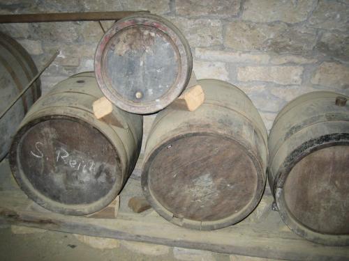 Weinfässer im Lager