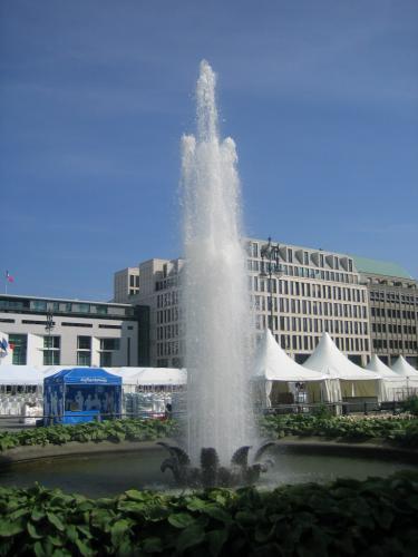 Brunnen mit Fontäne am Brandenburger Tor