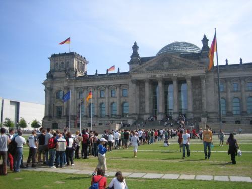 Warteschlange vor dem Reichstagsgebäude